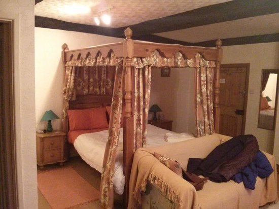 New House Farm : four poster bed.