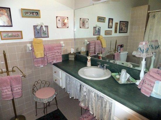Holly House of Hamilton: Delightful bathroom