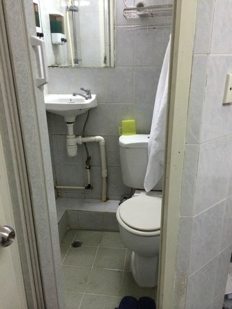 Merryland Guest House: Bathroom with shower