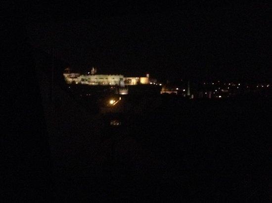 Design Metropol Hotel Prague: panorama sul castello di notte, dal letto