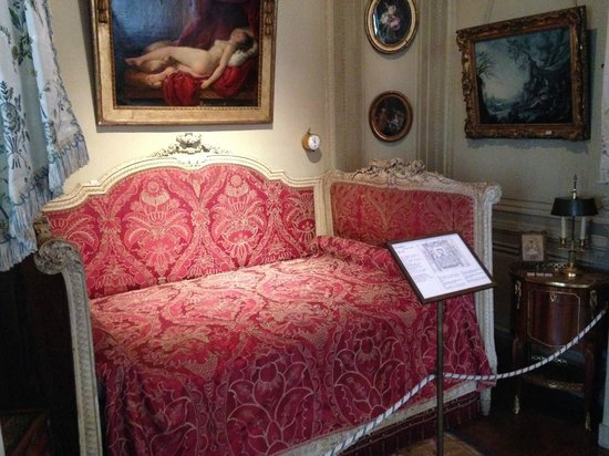 Musée Nissim de Camondo : An Intriguing Bed