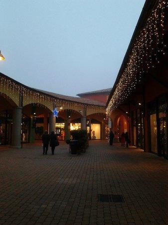 tra i negozi - Bild von Valdichiana Outlet Village, Foiano Della ...