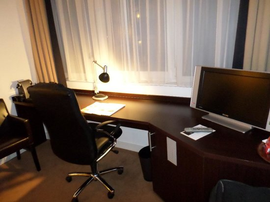 Progress Hotel : Spacious desk for meeting preparations