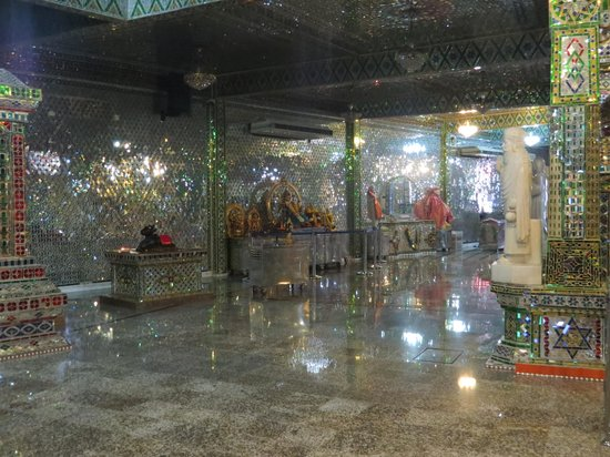 Arulmigu Sri Rajakaliamman Glass Temple: Internal architecture