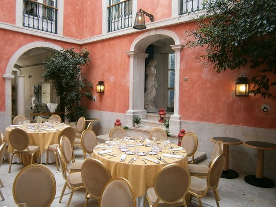 Hotel Real Palacio: Courtyard Dining