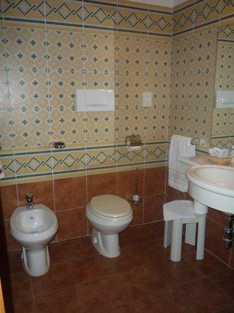 Hotel Residence San Gregorio : Spazioso bagno