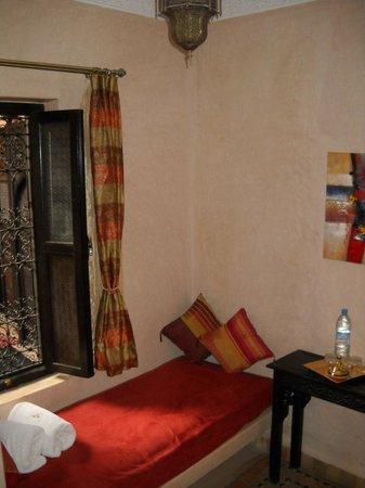 Riad La Rose D'Orient: coin banquette dans la chambre