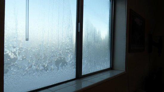 Chateau Apres Lodge: von innen zugefrorenes Fenster