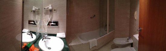 NH Barcelona Centro: Bathroom