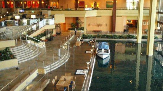 JW Marriott Desert Springs Resort & Spa : Lobby Bar and Lagoon Transportation