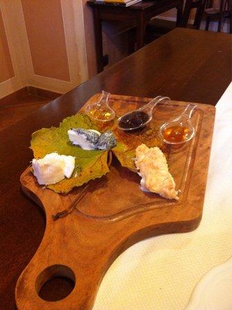 Osteria Dei Sala: Tagliere di formaggi di latte crudo e alpeggio con cugna'  casalinga e miele