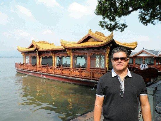 Hangzhou Overseas Chinese Hotel: Em frente ao hotel