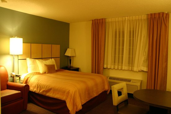 Candlewood Suites Dallas Park Central: Bed