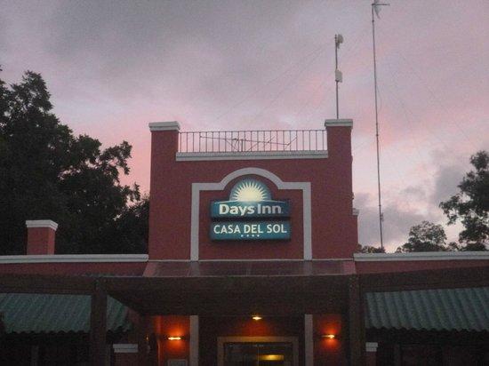 Days Inn Casa Del Sol Colonia: Frente del Hotel
