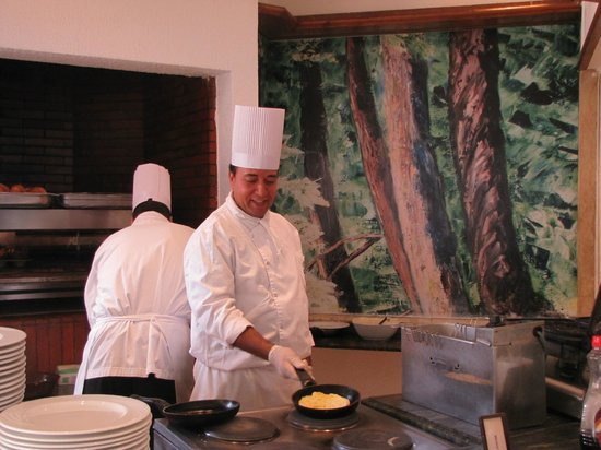 Hilton Sharm El Sheikh Fayrouz Resort : Повар по блинам и омлету к завтраку