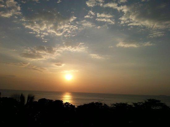 Taj Samudra Colombo: sunset from the bedroom window