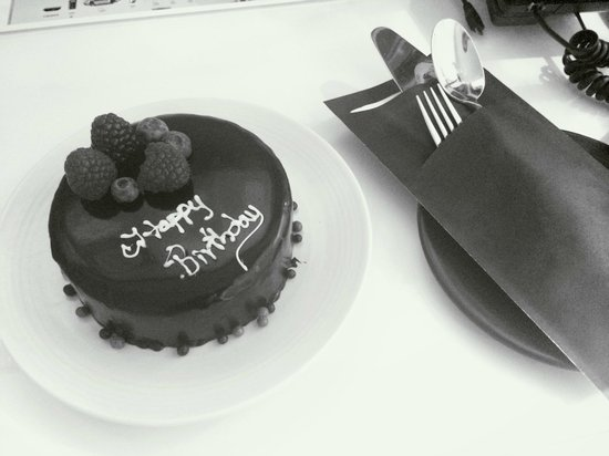 Vida Downtown: The birthday cake sent by the hotel