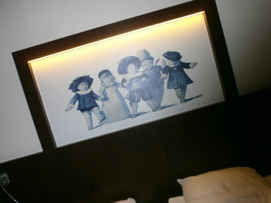 Die Port van Cleve : The unusual (and slightly creepy) Picture above our bed. There are pictures etc like this throug