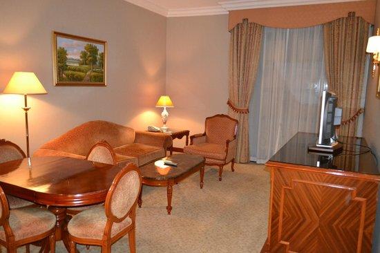 Royal Ascot Hotel: Номер просторный!
