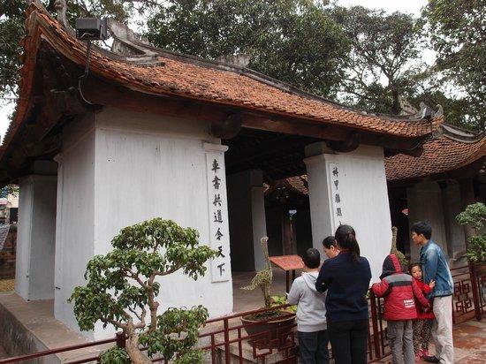 Literaturtempel & Nationale Universität: Entrance to the main temple building
