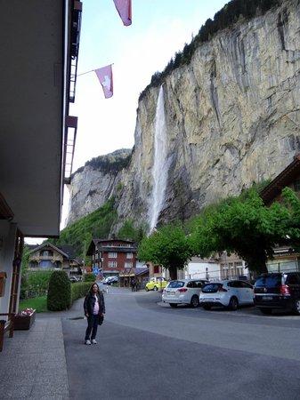 Hotel Staubbach: foto da entrada do hotel, com vistas para cachoeira