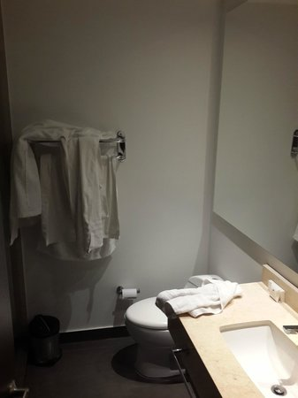 Ramada Bogota Parque 93: Baathroom room 208 (Before room service)