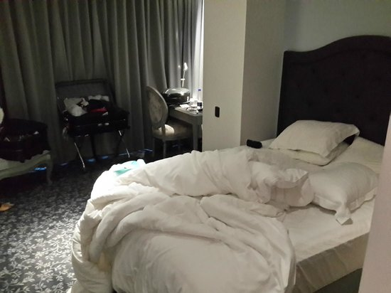 Ramada Bogota Parque 93: Room 208 (Before room service)
