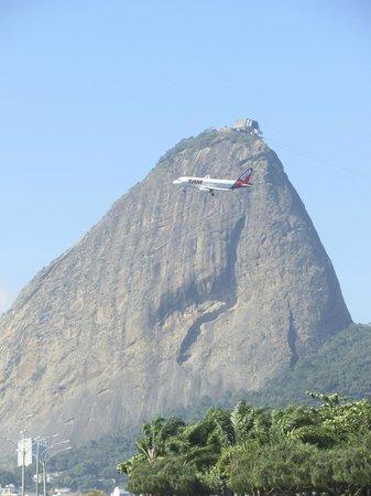 Flamengo district: Montanha e avião: é impressionante como parecem estar tão perto.
