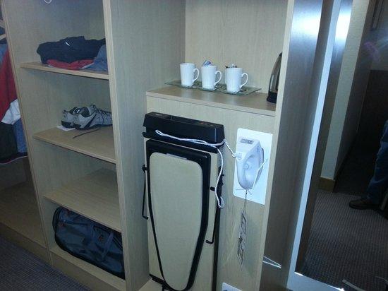 Clayton Hotel Cardiff Lane: Iron Ironing Board