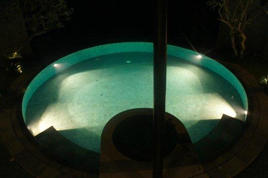 Toraja Villa: Pool view in the evening