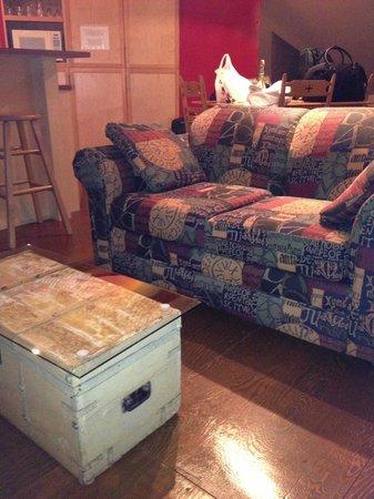 Auberge Aux Deux Lions: Comfy sofa in room 201
