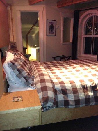 Auberge Aux Deux Lions : Double bed by the bathrooms