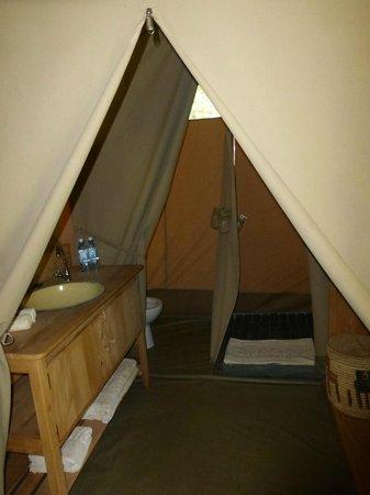 Enkewa Camp: baño en el interior de la tienda