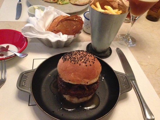 Cantinho do Avillez : Hamburger with caramelized onion & foie gras