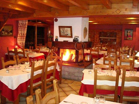 Restaurant Etoile des Neiges: Feu de cheminée