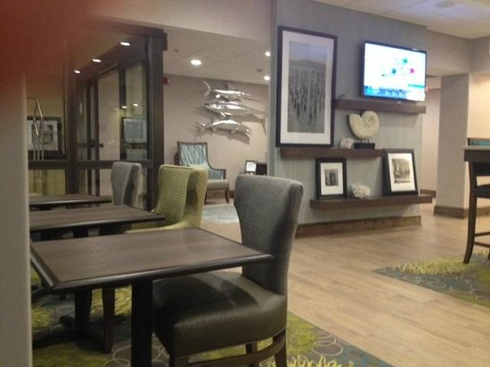 Hampton Inn Beaufort : From the breakfast area looking at the main entrance