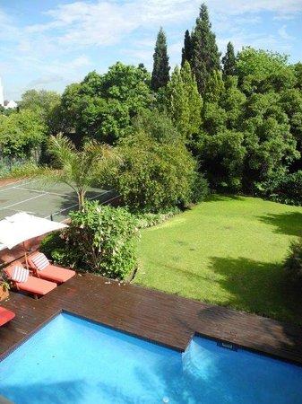 The Residence Boutique Hotel : Blick auf Garten mit Pool