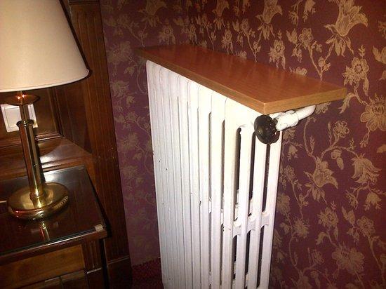 Hotel de la Paix Paris: Stanza 103: pezzo di compensato appoggiato al termosifone...