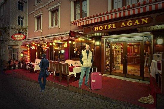 Hotel Agan: Entrée principale de l'hôtel et terrasse du restaurant.