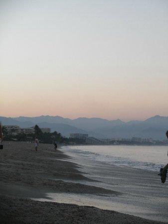 Hotel Riu Palace Pacifico: Sunrise/beach toward Puerto Vallarta (South)