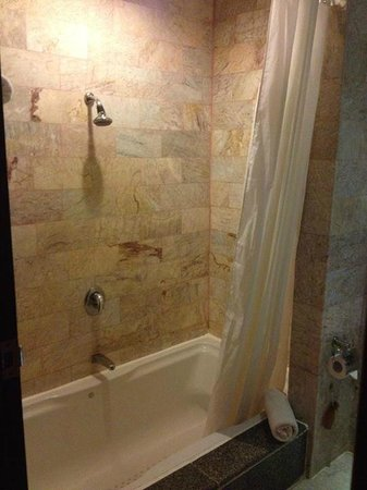 Aquamarine Resort & Villa: La salle de bain avec la grande piscine dans le sol