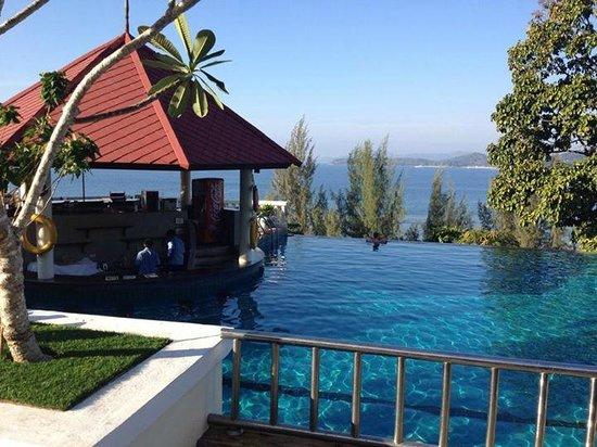 Aquamarine Resort & Villa: Une des 3 piscines de l'hôtel avec bar intégré