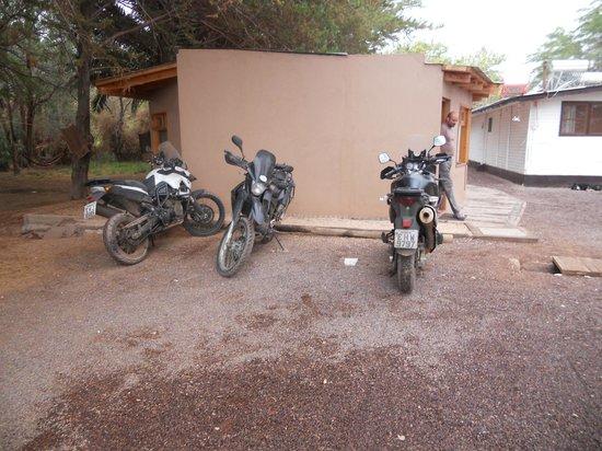 Quechua Hotel: área de estacionamento junto aos quartos