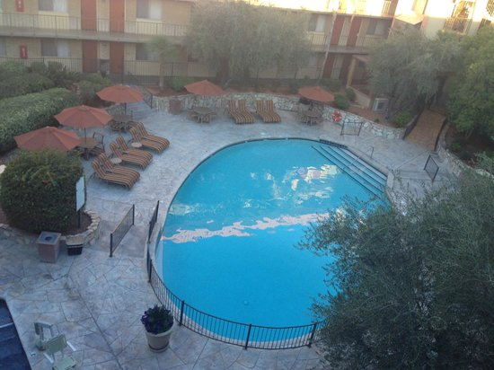 Embassy Suites by Hilton Phoenix Airport: Pool area