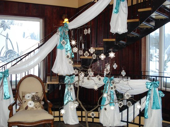 The Falls Inn & Spa: Front Foyer Decorated for Wedding