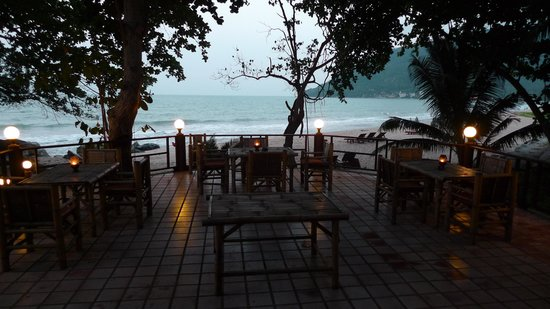 Khanom Hill Resort : Restaurant & beach