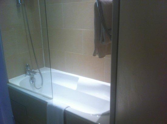 Hotel Pavillon Bastille: Salle de bain avec baignoire
