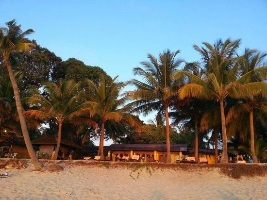 Sunset Beach Resort : Hôtel Sunset vu de la plage
