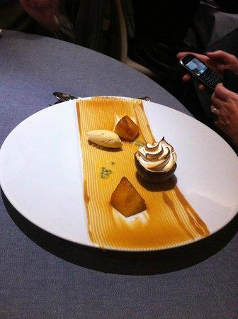 la cape : ANANAS rôti, fruit de la passion givré et crème glacée confiture de lait