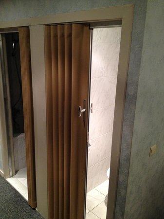 Hotel Princess: Horrible plastic concertina toilet door (no noise protection)